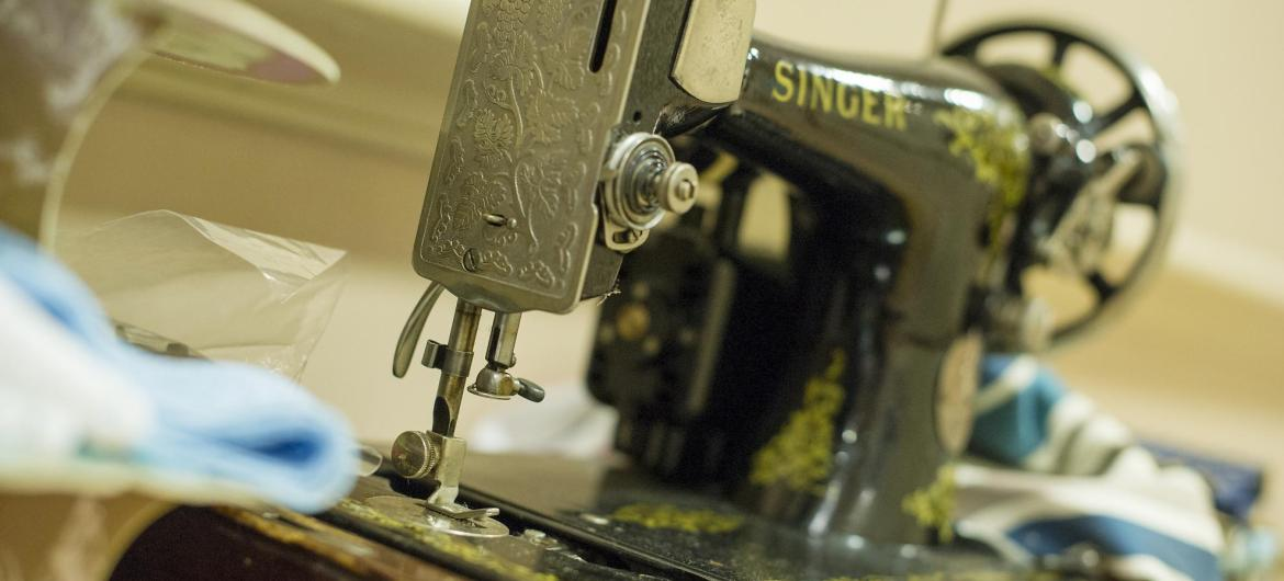 An old Singer sewing machine in the activity station.