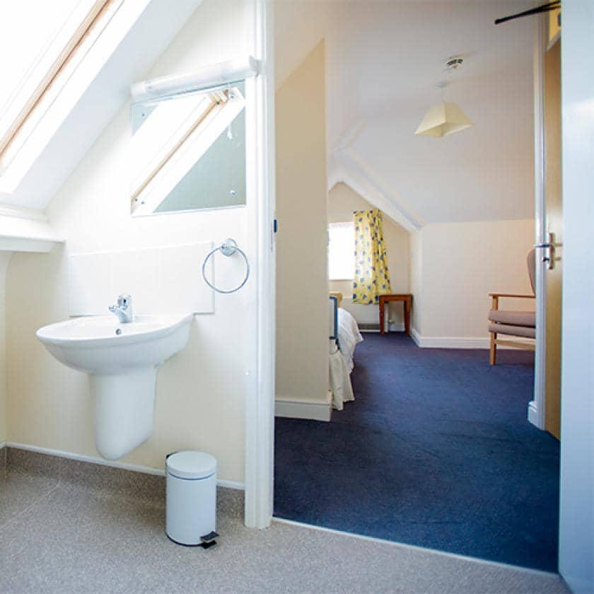 Bedroom and bathroom at Ravenhurst